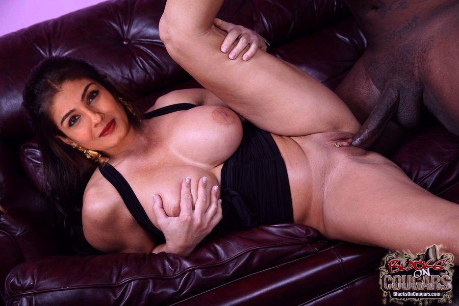 Raveena Tandon exposing her milky boobs hd cleavage scenes
