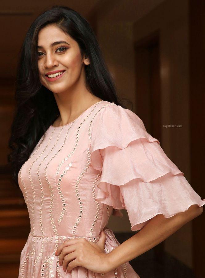 Andleeb Aeliya Zaidi small boobs actress wearing push up bra hot blouse